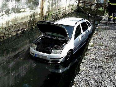 Po nehodě auta v Jedovnicích odvezli záchranáři dvě děti do nemocnice