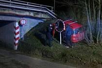 Dvě jednotky hasičů zasahovaly v noci v adamovské Hybešově ulici. Poblíž podjezdu u železniční tratě nezvládl devatenáctiletý mladík řízení a s autem vyjel mimo silnici.