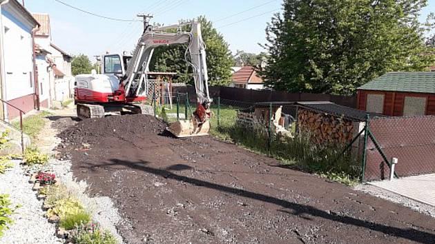 Dělníci opravují cestu v Horní Lhotě.