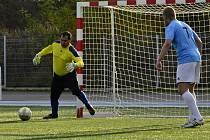 Fotbalisté Sokol BK Sadros Boskovice (v bleděmodrém) se probojovali mezi deset nejlepších týmů v malé kopané v republice.