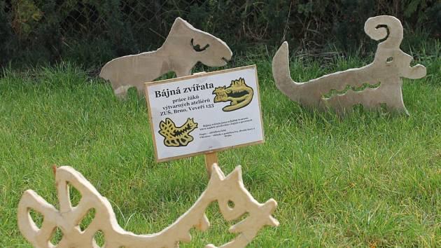 Plastiky bájných zvířat si mohou prohlédnout lidé na trávníku za budovou Muzea Boskovicka.