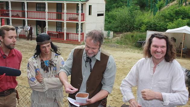 Filmový nadšenec Jan Machálek z Brna (na snímku uprostřed) přivezl do Westernového městečka Boskovice půdu z míst, kde se natáčel legendární film Vinnetou I.