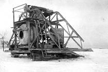 HISTORICKÝ STROJ. Na Hólehlách byly roku 1942 připraveny, ale nebyly použity velké míchačky na beton.
