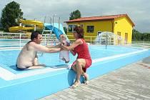 Tobogán, skluzavky, plavecký bazén i dětské brouzdaliště budou moci využívat návštěvníci nově otevřeného akvaparku ve Velkých Opatovicích.