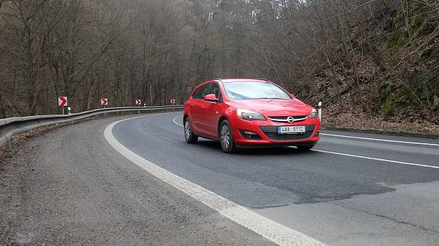 Vydrolená krajnice, jednotlivé pásy asfaltu na sebe nenavazují. To jsou největší nedostatky na položeném mikrokoberci mezi Blanskem a Šebrovem-Kateřinou. Výhrady k němu mají kromě řidičů s cyklisty také silničáři.