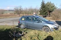 V Rájci-Jestřebí se málem střetl kamion a osobní auto.