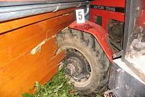 Traktor naboural do chatky.