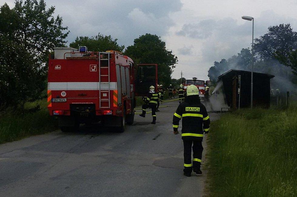 Zastávka v Suchdole skončila v plamenech.