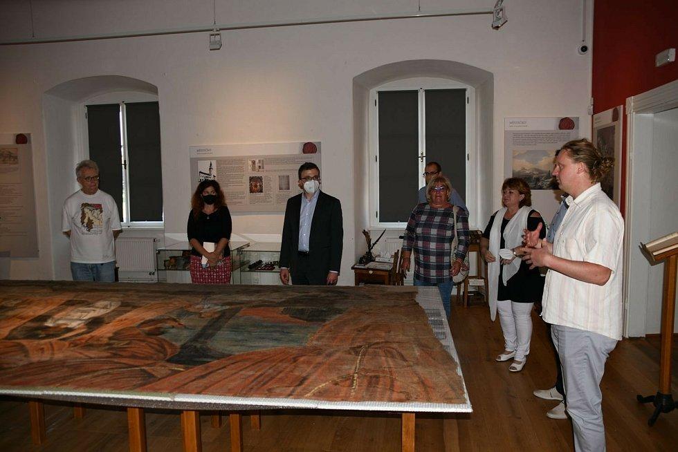 Boskovice navštívil vnuk světoznámého malíře Alfonse Muchy. Do druhého největšího města na Blanensku ho přilákala divadelní opona, kterou jeho dědeček namaloval ochotníkům v Doubravici nad Svitavou na sklonku 19. století.