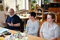 """V pondělí se uskutečnilo setkání pořadatelů Polévky pro chudé i bohaté a příjemců peněz získaných z této akce.  """"V roce 2018 se na Štědrý den u vánočního stromu na Masarykově náměstí vybralo 80 276 korun,"""" uvedl za organizátory Rudolf Burgr (vlevo)."""