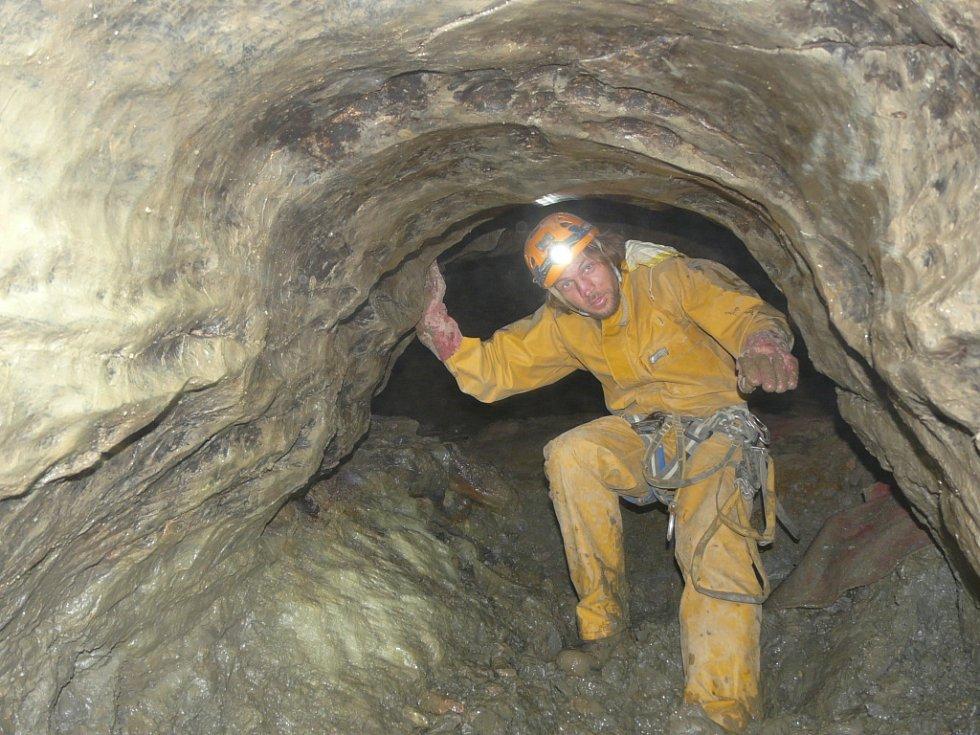 JSME TAM. Bez sehrané party speleologických  skupin Tartaros, Plániny, Miotys, Vratíkov, Speleoklub Brno, Holštejn a Byčí skála by vilémovičtí jeskyňáři zatopené prostory sto dvacet metrů pod zemí nezdolali.