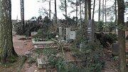 Ulomené větve a vyvrácené stromy popadaly na hroby na olomučanském hřbitově. Tamní jednotka dobrovolných hasičů odklízela také vyvrácené kmeny ze silnice.