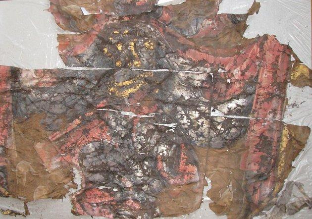 Prapor, který archeologové našli v nově objevené kryptě.
