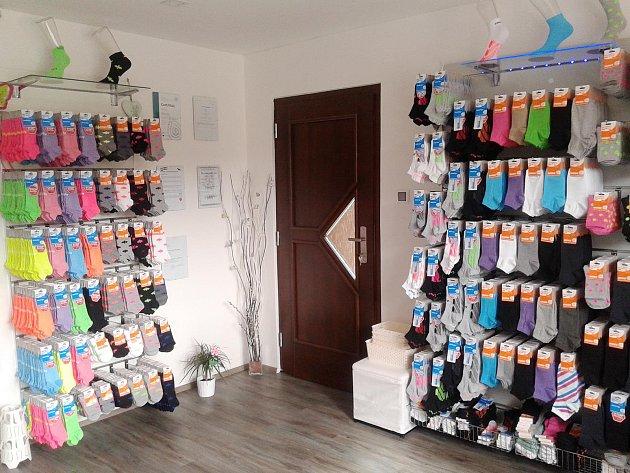 Manželé Bartoňovi ze Sloupu vMoravském krasu vedou rodinnou firmu na výrobu ponožek. Vnich nastupují například hráči kolové ze Svitávky.