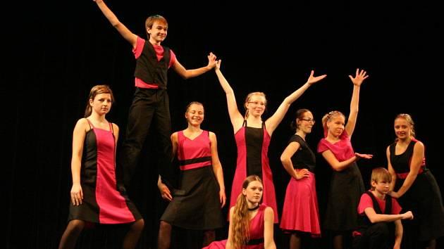 Tři stovky tanečníků se vystřídaly na pódiu Dělnického domu v Blansku. Členové tanečních souborů při základních uměleckých školách soutěžili o postup do krajského kola.