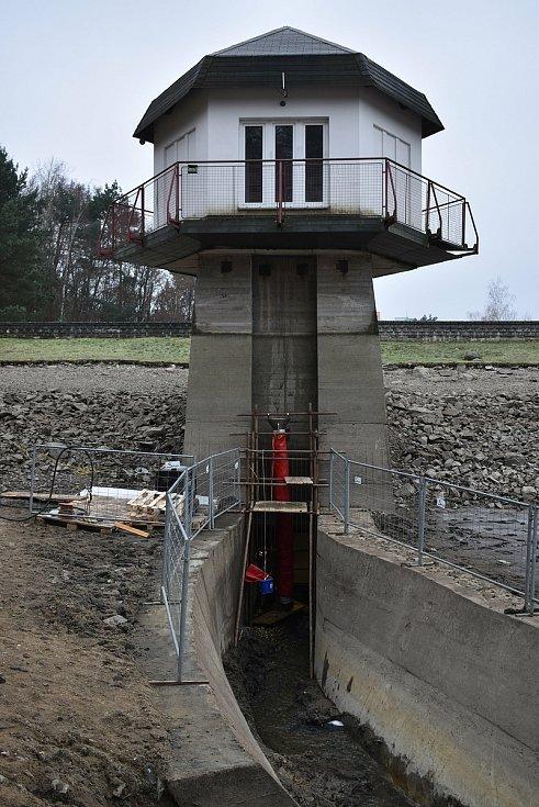 Vadné potrubí v hrázi Palavy zacelí speciální rukáv. S více než čtvrt tunou pryskyřice.