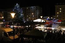 O vánoční trhy a vánoční strom na náměstí Republiky v Blansku.
