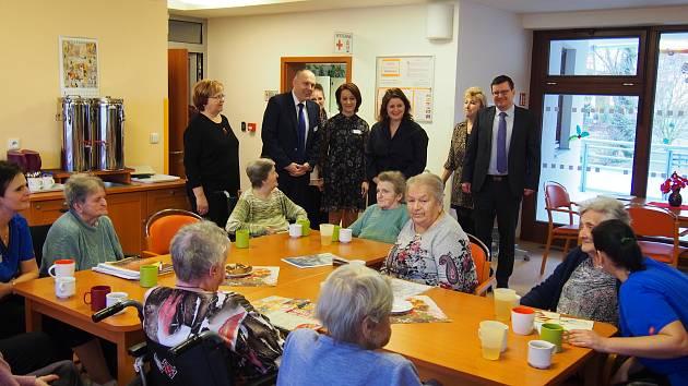 Ministryně Jana Maláčová navštívila společnou aktivitu uživatelů Domova se zvláštním režimem.