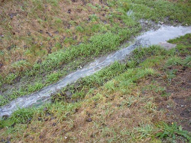 Do sudických rybníků teče potokem ze stejnojmenné obce na Blanensku závadná voda. Zahubila už spoustu vodních živočichů, tvrdí Karel Havelka, který tam léta chová ryby. Naposled ovíkendu.