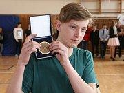 Školák Tomáš Maša z Ráječka zachránil život dívce, pod kterou se propadl led. Od policistů dostal medaili.