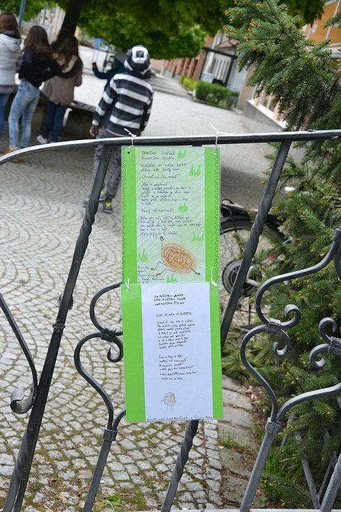 Školáci ve Sloupu rozvěsili po náměstí básničky s obrázky.