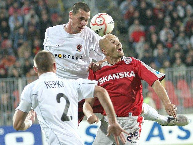 Páteční zápas Blanska s Bystřicí nad Pernštejnem zpestří návštěva exligového hráče a komentátora Luďka Zelenky (v červeném ještě v dresu brněnské Zbrojovky).