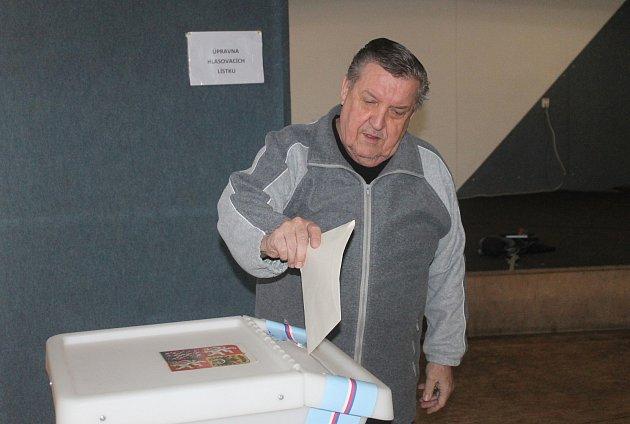 Volby vZávisti měly slabou účast. Přišla necelá polovina voličů.