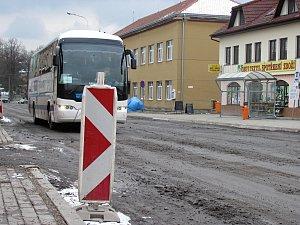 Dělníci před zimou nedokončili opravu silnice v Jedovnicích. I přes zákaz stavbou jezdí auta