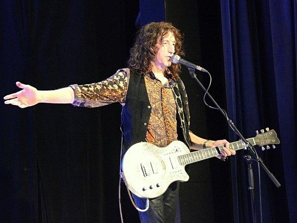 Fenomenální kytarista Gwyn Ashton zahrál ve středu večer vBoskovicích. Před zaplněným sálem vZámeckém skleníku vystoupilo Gwyn Ashton trio. Abyla to opravdová lahůdka.