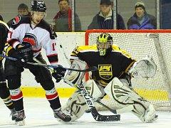 Ve třetím utkání semifinále krajské ligy porazili hokejisté Minervy Boskovice (v bílých dresech)  HC Kroměříž 5:3 a v sérii vedou na zápasy 2:1.
