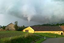 Před jedenácti lety profouklo tornádo také Olešnici na Blanensku. Ničilo střechy.