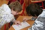 Žáci 9. B Základní školy Edvarda Beneše v Lysicích oznámkovali práci tamních radních. Podle školáků prospěli s vyznamenáním.