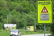 Na silnici mezi Blanskem a Kateřinským mostem se necítí cyklisté bezpečně.