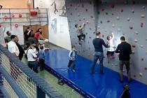 Adamovští mají v městském klubu mládeže novou lezeckou stěnu.