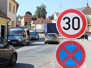 V Černé Hoře se jezdí třicítkou. Teď přibude výraznější dopravní značení.
