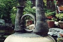 Specifická keramika manželů Hluštíkových vyžaduje při práci značnou míru trpělivosti. Jejich vázy, mísy, interiérové i exteriérové objekty a plastiky se však vyznačují půvabem jednoduchosti.