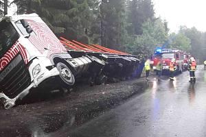 Kamion se dřevem sjel do příkopu.