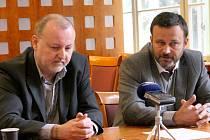 Nový jednatel Nemocnice Boskovice Dan Navrátil (vlevo). Vpravo Rostislav Verner, který nemocnici vedl do 4. dubna.