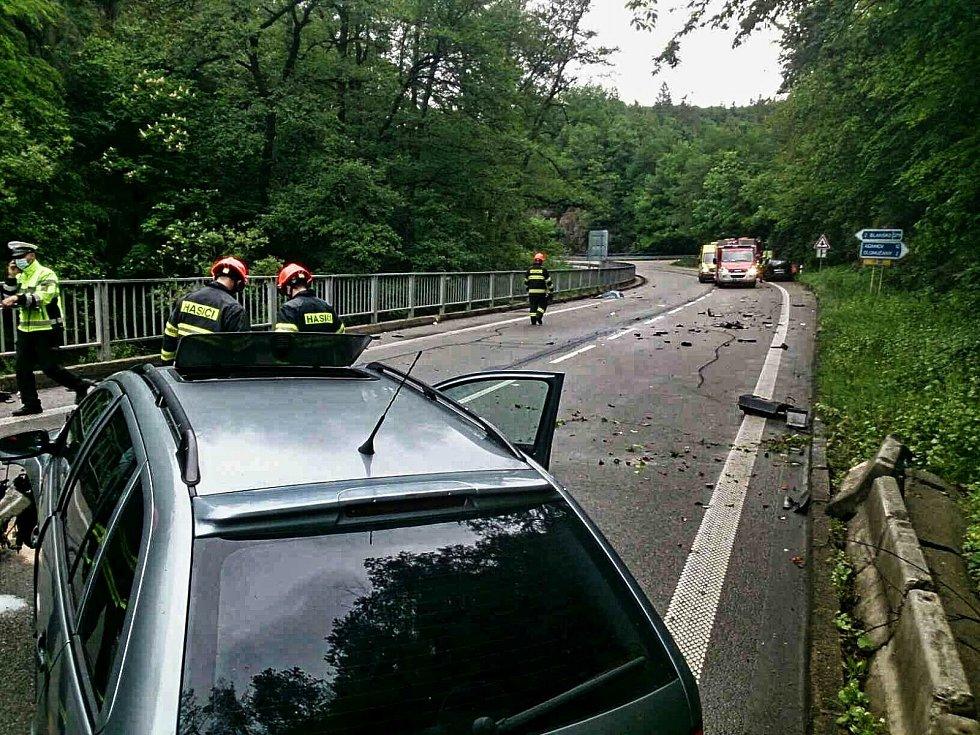 Nehoda dvou osobních aut zpomalila v sobotu po čtvrté hodině odpoledne provoz na silnici druhé třídy v katastru obce Olomučany. Dvě zraněné osoby ošetřili záchranáři na místě. V jednom z aut se však zranilo také dítě.