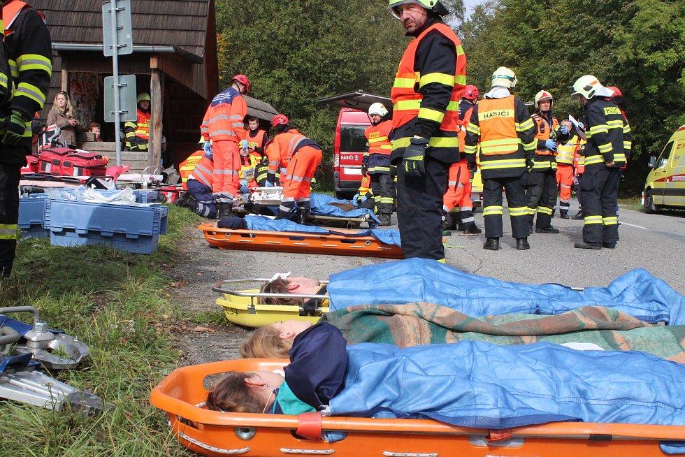 Nehoda autobusu a osobního auta. Dva mrtví. Hasiči společně se záchranáři a policií cvičili taktiku při takovém zásahu.