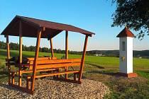 U olomučanských Božích muk mohou lidé posedět na lavičkách.