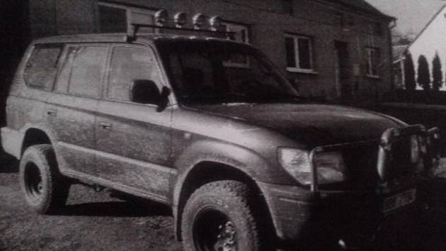 Podezřelý muž se zřejmě pohybuje v autě Toyota Land Cruiser zelené metalízy s poznávací značkou 8B87794.