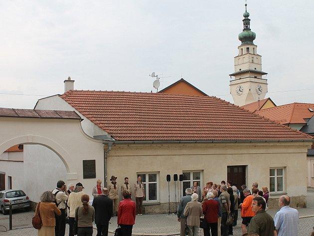 Boskovičtí v úterý uctili památku lidí, kteří v centru města zahynuli po náletu 5. května 1945. Tehdy nedaleko boskovické radnice shodili sovětští letci několik pum v domnění, že zasáhnou německé vojáky, kteří přes město na konci války ustupovali.