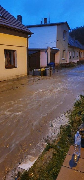 Strach mají lidé z Velké Roudky na Blanensku, kde v pondělí ráno po dvou týdnech znovu udeřila po přívalovém lijáku blesková povodeň. Ta byla menší než blesková povodeň 13. června, přesto voda z polí opět zaplavila sklepy, dvory a zahrady.