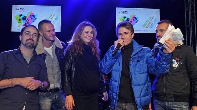 Rodák z Olomučan porazil v pěvecké soutěži devětačtyřicet konkurentů. Jeho autorská písnička se možná dostane do brněnských rádií. Navíc obdržel deset tisíc korun. Ty se rozhodl věnovat dvěma onkologickým centrům.