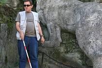 Jan Pavlíček provází v jeskyni se slepeckou holí
