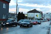 Na přejezdu u vlakové zastávky Blansko-město se v pondělí odpoledne porouchalo zabezpečovací zařízení. Tvořily se kolony.