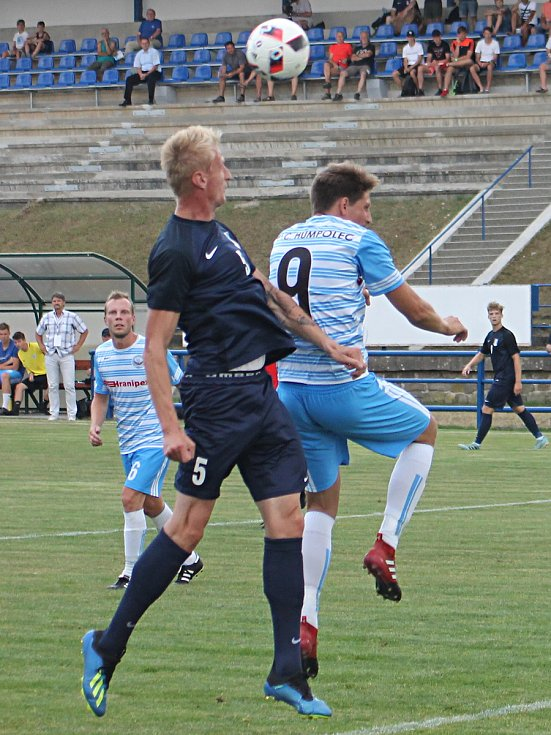 V úvodním utkání nového ročníku fotbalové divize porazilo Blansko (tmavé dresy) Humpolec vysoko 5:1.