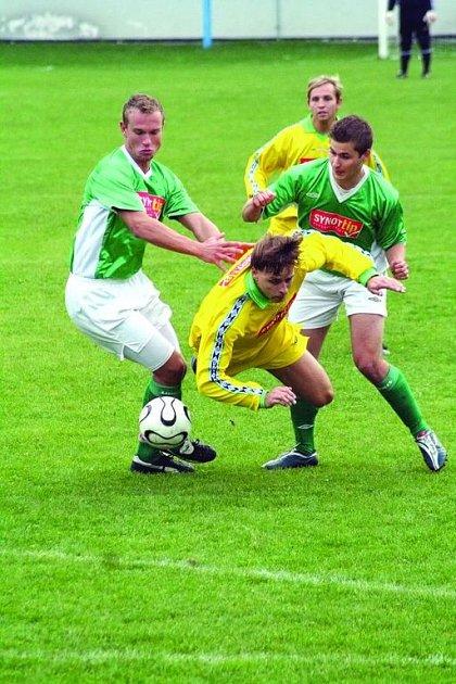 Fotbalista Ráječka Martin Bartoš se probíjí obranou Bohunic v utkání krajského přeboru, ve kterém se diváci branky nedočkali.