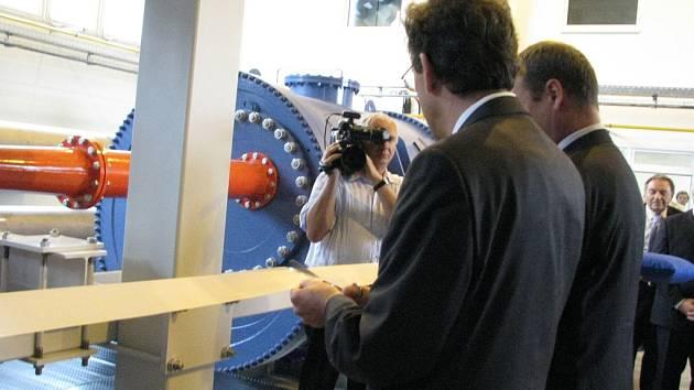 Český a slovinský ministr průmyslu u otevření nové laboratoře v Blansku.